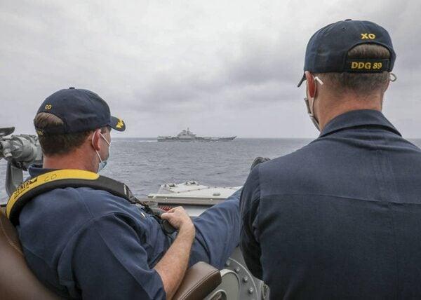美國海軍驅逐艦「馬斯廷號」與「遼寧號」近距離並行畫面曝光。(美國海軍官網)