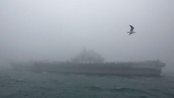 圖為2019年4月23日,遼寧艦參加海軍閱兵式。(MARK SCHIEFELBEIN/AFP via Getty Images)