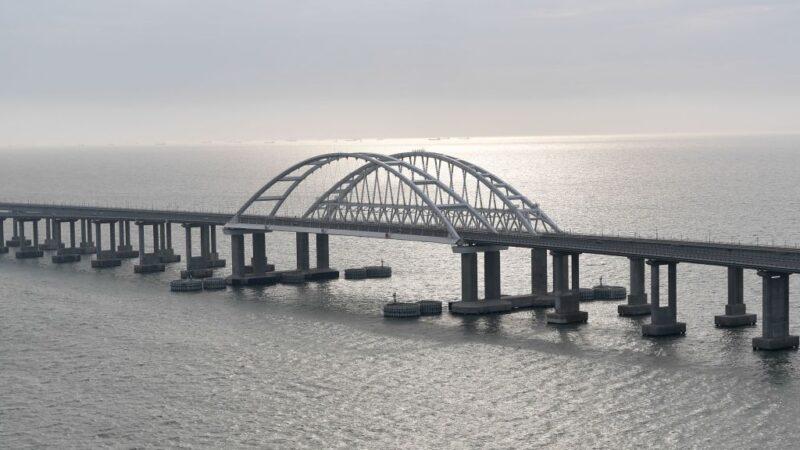 圖為,克里米亞大橋橫跨克赤海峽,克赤海峽是連接亞速海和黑海的一條狹長地帶。(ALEXEY NIKOLSKY/SPUTNIK/AFP via Getty Images)