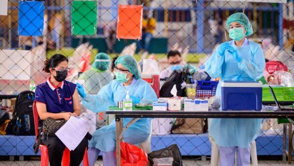 中共官員軟硬兼施要求全民接種疫苗。(MLADEN ANTONOV/AFP via Getty Images)