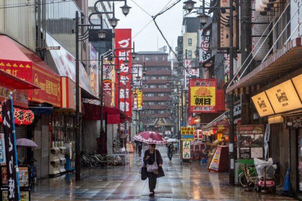 2021年4月17日,人們在大阪新海商業街上散步,該市近日中共病毒感染病例數量創下新高。(PHILIP FONG/AFP via Getty Images)