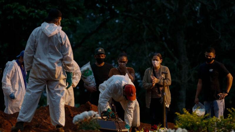 2021年4月17日,在巴西聖保羅的維拉福莫薩(Vila Formosa)公墓,喪家為失去親人哀悼。(MIGUEL SCHINCARIOL/AFP via Getty Images)
