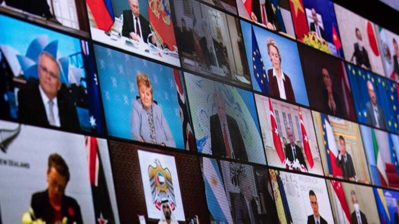 2021年4月22日,白宮東廳屏幕上在播放氣候變化全球領導人視像峰會的畫面。(BRENDAN SMIALOWSKI/AFP via Getty Images)