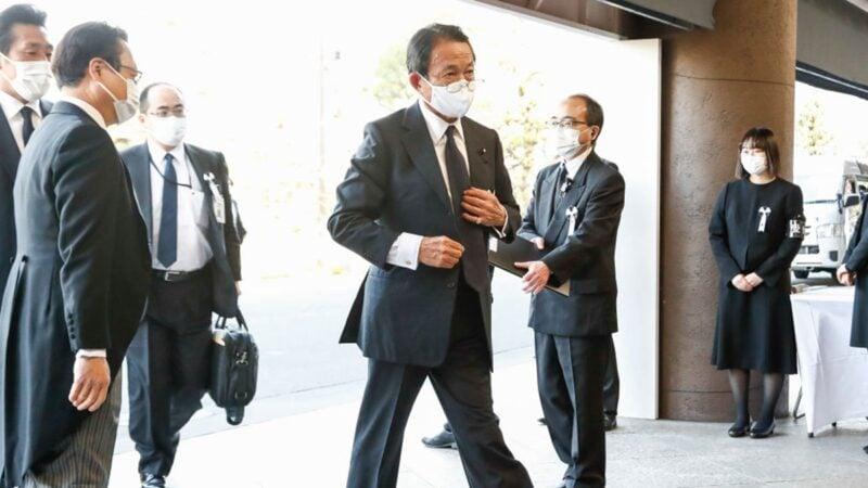 近日,日本準備將福島核電站125萬噸核廢水排放太平洋的消息,引發爭議。圖攝於3月11日,麻生太郎出席日本3.11地震紀念儀式。(Rodrigo Reyes Marin - Pool/Getty Images)