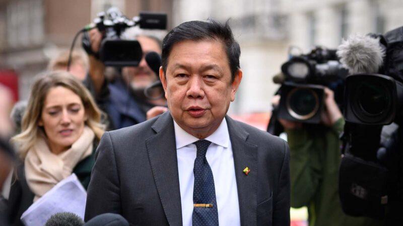 2021年4月8日,被緬甸軍政府撤職的駐英大使覺扎敏(Kyaw Zwar Minn)在大使館外受訪。(Leon Neal/Getty Images)