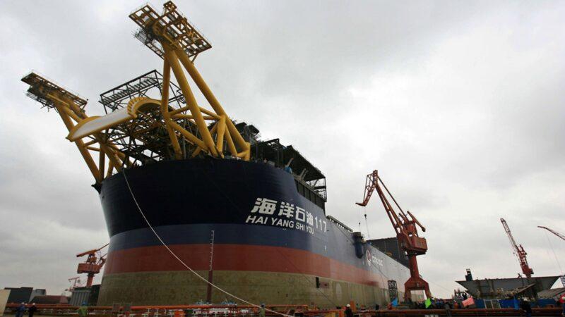 中海油位於渤海灣的蓬萊19-3油田近日發生井噴起火事故。圖為船舶「海洋石油117」,2006年在上海舉行的下水儀式。(China Photos/Getty Images)