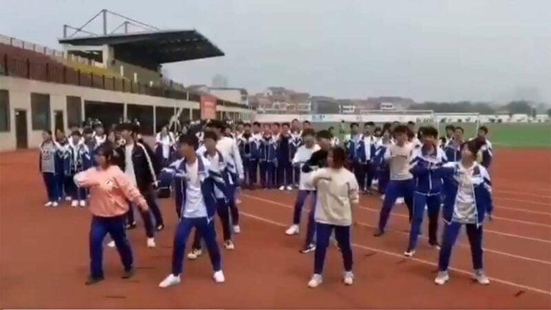在一個設施先進的體育場,一群中學生正排練「忠字舞」。(網傳影片截圖)
