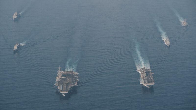 2021年4月9日,美軍羅斯福號航母(CVN71,左前)艦隊和馬克辛島號兩棲攻擊艦(LHD 8,右前)艦隊在南海演練。(美國海軍)