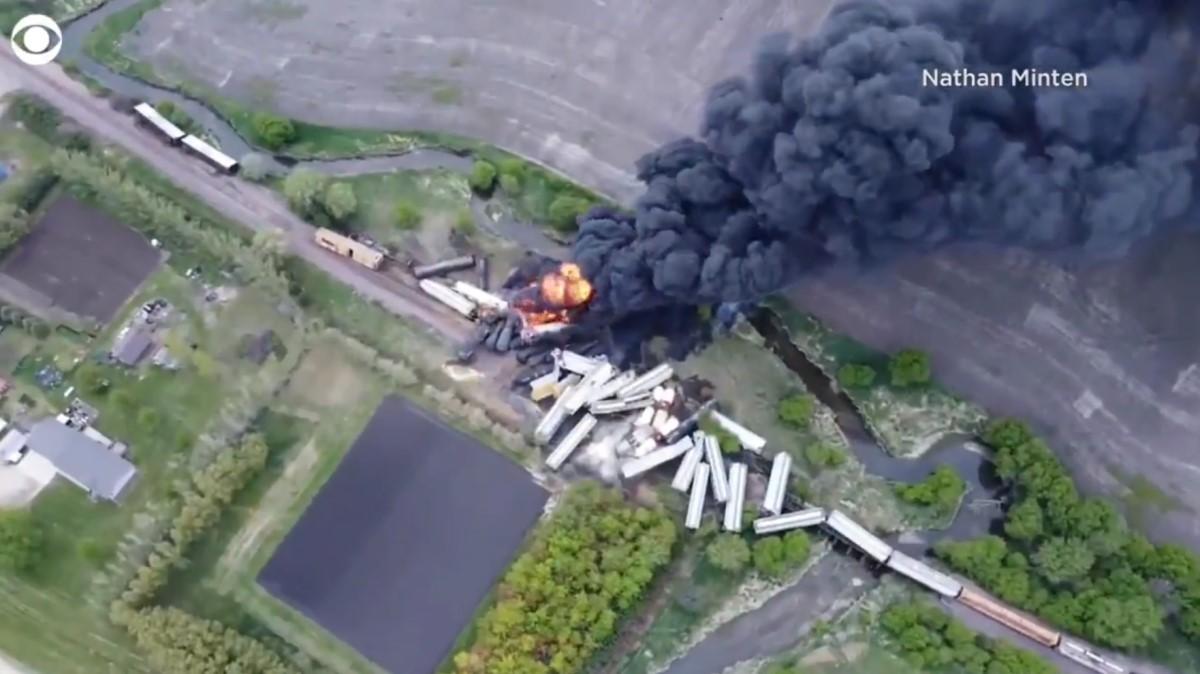 這列載滿了化肥與易燃物硝酸銨列車,共有47節車廂,隸屬聯合太平洋公司,16日約下午1時30分,在錫布利(Sibley)出軌起火。(影片截圖)