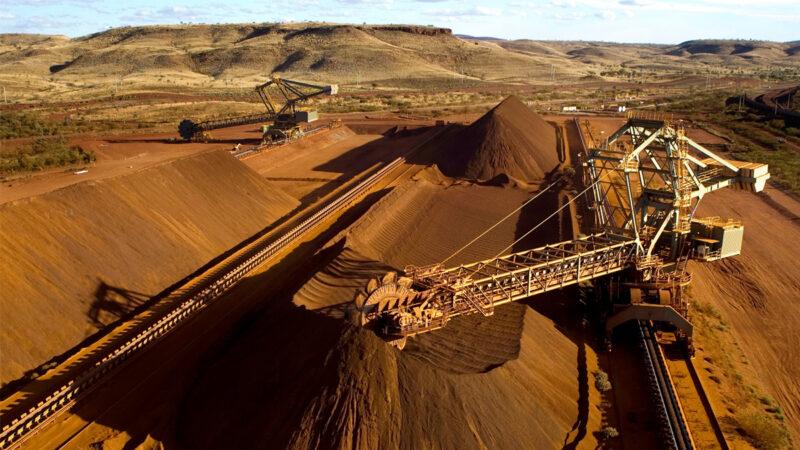 2009年9月4日,在西澳洲州皮爾巴拉地區的一個礦場,一台取料機正在往傳送帶上裝載高品位鐵礦石。(Christian Sprogoe/AFP via Getty Images)