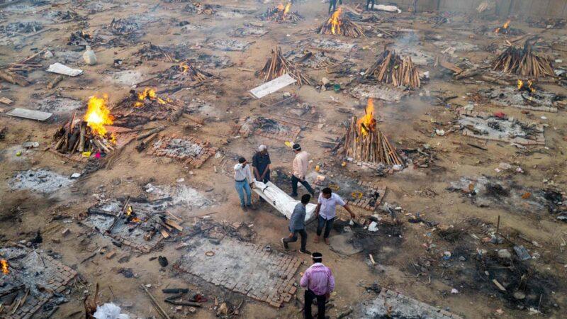 印度首都新德里的一處臨時火葬場。圖片拍攝於2021年4月26日。(JEWEL SAMAD/AFP via Getty Images)