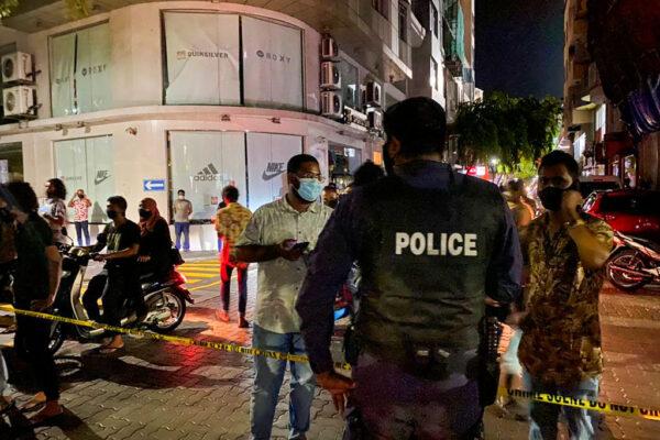 2021年5月6日,納希德遭炸彈攻擊的當下正要坐上自己的座駕。圖為警方在現場戒備。(AFP via Getty Images)