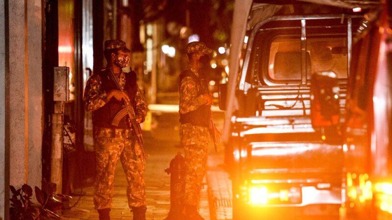 2021年5月6日,納希德遭炸彈襲擊的當下正要坐上自己的座駕。圖為警方在現場戒備。(AFP via Getty Images)