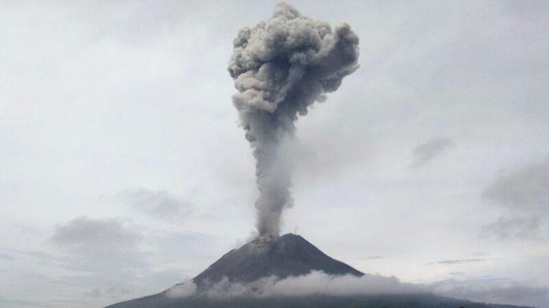 印尼西納彭火山爆發 噴出2800米煙灰柱