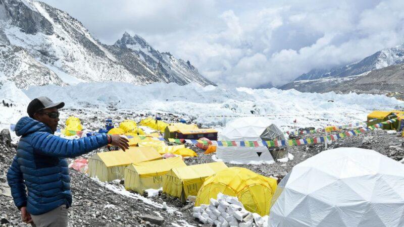 2021年5月2日,尼泊爾登山家卡米-里塔-夏爾巴在索盧昆布地區的珠穆朗瑪峰大本營接受法新社採訪時合照。夏爾巴於5月7日第25次登上珠穆朗瑪峰頂峰,打破了他自己創造的世界最高山峰登頂次數記錄。(PRAKASH MATHEMA/AFP via Getty Images)