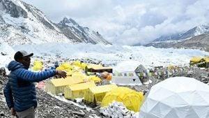 疫情威脅珠穆朗瑪峰大本營 登山客冒死爬山