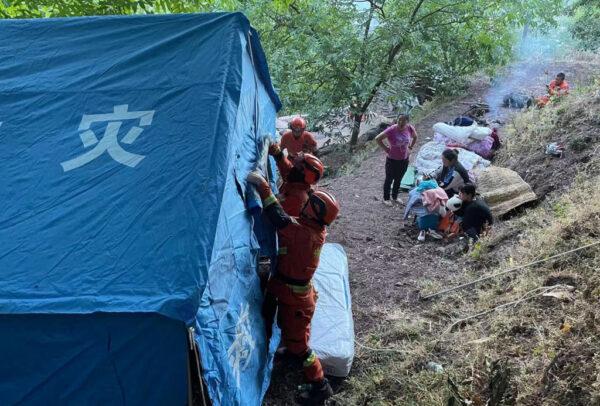 2021年5月22日,在中國雲南省西南部的大理州漾濞縣發生的地震,流離失所的人們在路邊等待進入臨時帳篷。(STR / AFP)/ China OUT(Photo by STR/AFP via Getty Images)