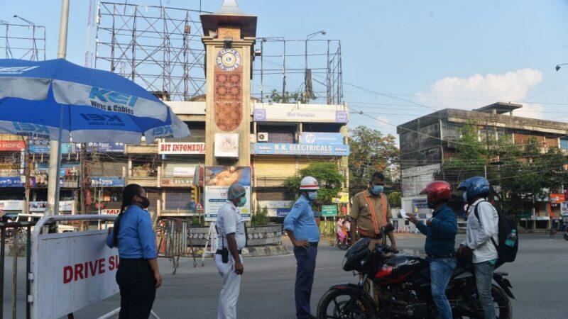2021年5月29日,西孟加拉邦為遏制中共病毒在西里古里的傳播進行封鎖,警方人員在公路檢查站攔下一輛車,該封鎖已延長到6月15日。(DIPTENDU DUTTA/AFP via Getty Images)