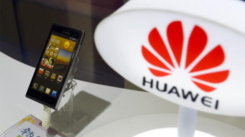 2015年8月3日,北京一家商店展出的中國電信設備製造商華為製造的手機。(GREG BAKER/AFP via Getty Images)