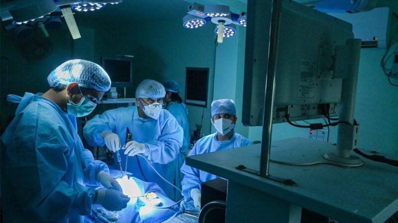 2021 年 6 月 1 日,在印度加濟阿巴德(Ghaziabad)的一家醫院,醫生正在為一名中共病毒(俗稱武漢病毒、新冠病毒、COVID-19)康復患者進行毛黴菌病手術。(PRAKASH SINGH/AFP via Getty Images)
