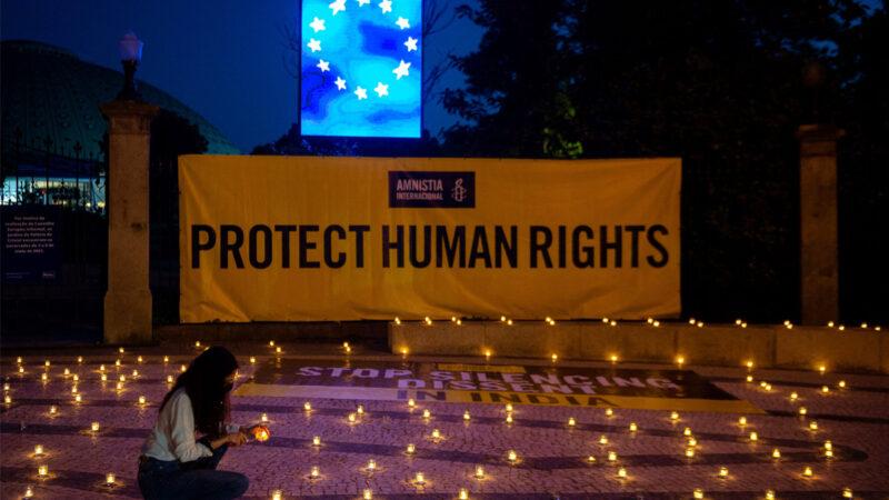 2021 年 5 月 6 日,國際特赦在葡萄牙波爾圖舉行的歐盟社會峰會會場外舉行燭光守夜活動,要求歐盟領導人在中共病毒(COVID-19)危機期間保護印度的人權。一名婦女正點燃蠟燭。(該圖片內容與本新聞無關)。(MIGUEL RIOPA/AFP via Getty Images)