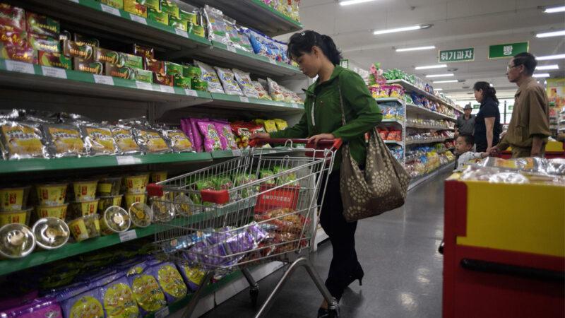 2017年6月4日,在北韓平壤的一個超市,顧客正在購物。(ED JONES/AFP via Getty Images)