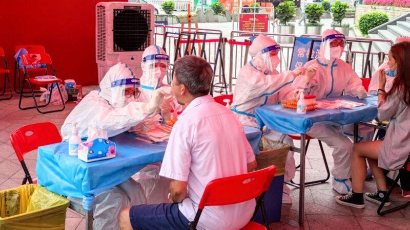 6月6日,深圳市民在排隊進行核酸檢測。 (STR/AFP via Getty Images)