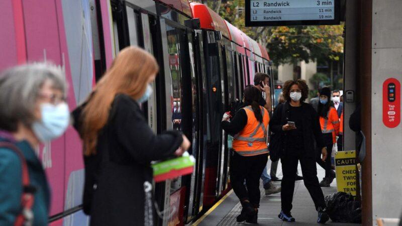 2021年6月23日,戴著口罩的乘客從悉尼的地鐵上下來,因為居民基本被禁止離開該市,以阻止傳染性極強的中共病毒Delta變異株不斷爆發向其它地區蔓延。(SAEED KHAN/AFP via Getty Images)