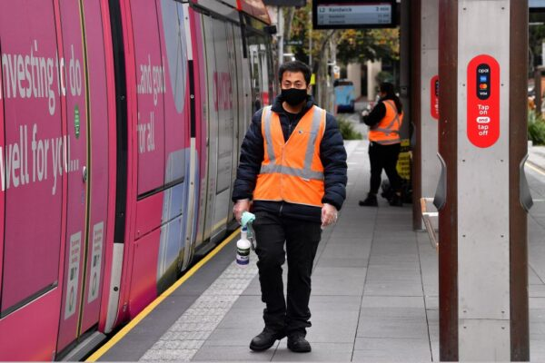 2021年6月23日,工作人員著手對悉尼的一條輕軌進行消毒,因為居民基本被禁止離開該市,以阻止傳染性極強的中共病毒Delta變異株不斷爆發向其它地區蔓延。(SAEED KHAN/AFP via Getty Images)