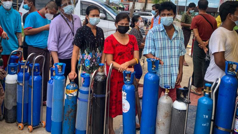緬甸疫情嚴峻 軍方囤積氧氣自保 居民購買遭槍擊