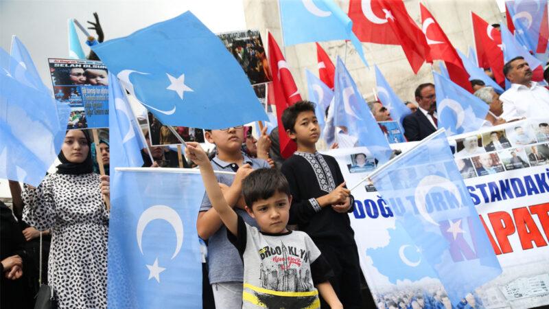 2019 年 7 月 5 日,在新疆烏魯木齊大屠殺10周年之際,土耳其維吾爾族人在安卡拉舉行抗議活動。(ADEM ALTAN/AFP via Getty Images)