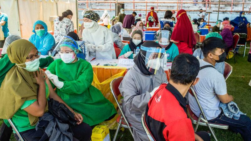 2021年7月6日,在印尼東爪哇省泗水市(Surabaya)的一個臨時接種點,民眾正在接種科興疫苗。(JUNI KRISWANTO/AFP via Getty Images)