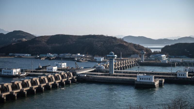 圖為,2019年2月7日,北韓南浦西海攔河壩,該壩、閘室和水閘組成,將泰東河與黃海隔開。(Carl Court/Getty Images)