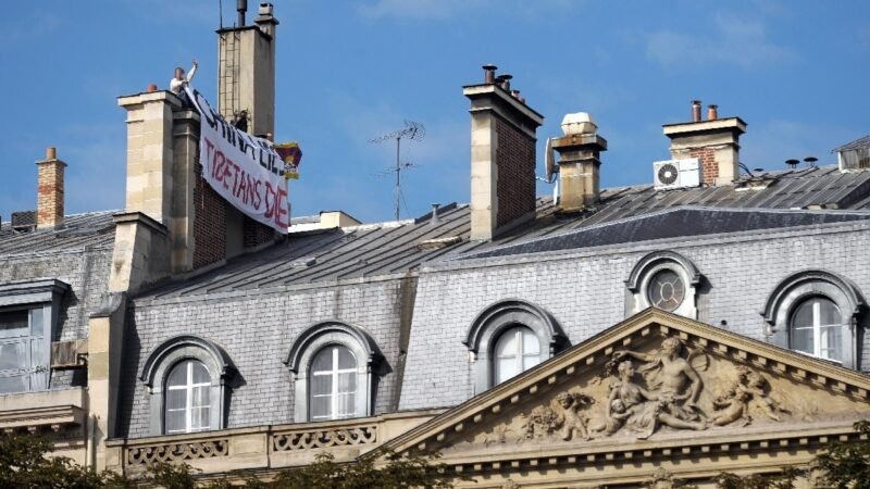 2008年8月23日,法國支持西藏的示威者在中共駐巴黎大使館的煙囪上展開一面寫有揭露中共謊言的橫幅,譴責中共對西藏的鎮壓(該圖片與本新聞無關)。(OLIVIER LABAN-MATTEI/AFP via Getty Images)