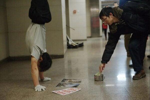 2011年張尚武被發現在北京王府井、石家莊、天津街頭賣藝為生。(網絡圖片)
