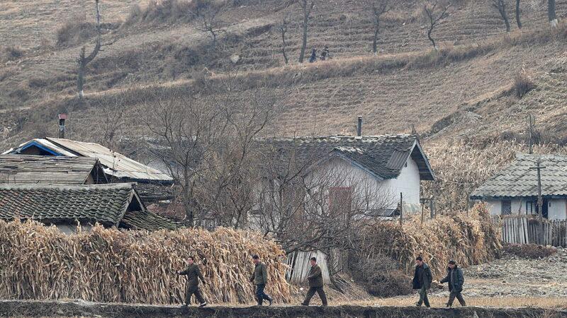 圖為,2010年11月24日,北韓男子在中國東北遼寧省丹東市以北約70公里處的鴨綠江岸邊行走,丹東市與北韓邊境城鎮四牛鎮隔江相望。(FREDERIC J. BROWN/AFP via Getty Images)