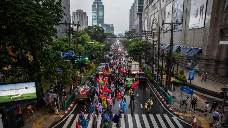 不同團體輪番示威遊行 泰總理三度挺過不信任案