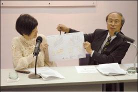 余若薇(左)和黎廣德以圖為例,講解屏風效應的形成。(大紀元記者潘璟橋攝)