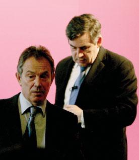 英國財政大臣布朗(右)不久後將接任貝理雅的首相大位,走向前台。(Getty Images)