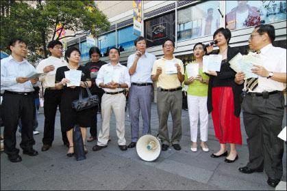 泛民主派立法會議員在中環皇后像廣場,正式啟動為期三個月的爭取2012雙普選行動。(大紀元)