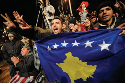 科索沃在宣佈獨立不久已經公佈新國旗的設計圖案。國旗是一幅科索沃地圖,外加6顆星,分別代表6個主要民族。(AFP/Getty Images)