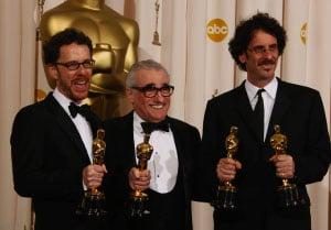 獲8項提名的《2百萬奪命奇案》最終獲得最佳電影、最佳導演、最佳改編劇本和最佳男配角4個大獎,是高安兄弟是自從1961年音樂片《夢斷城西》(West Side Story)以來,第一次由兩個人榮獲奧斯卡最佳導演獎。(ROBYN BECKAFPGetty Images)