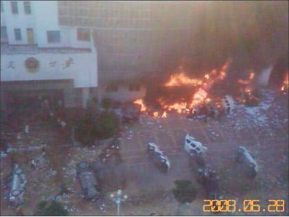 數十輛警車被憤怒的學生和民眾推翻焚燒。(大紀元)