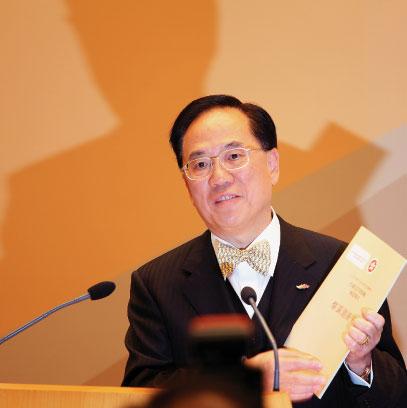 行政長官曾蔭權在記者會上吹噓他的施政報告。(大紀元)