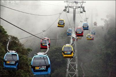日月潭纜車昨日起通車營運,首日天氣陰雨濃霧,仍吸引眾多遊客趕早嚐鮮,從空中感受日月潭潑墨山水之美。(中央社)