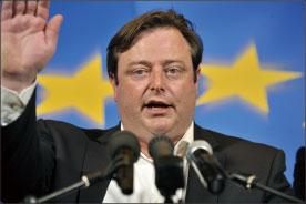 新弗拉芒聯盟黨主席巴特‧德威弗爾慶祝選舉勝利。(AFP)