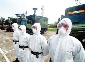 台灣陸軍化學兵部隊昨日在桃園進行輻射污染偵消工作演練,化學兵全副武裝,並出動核生化偵檢車。(中央社)