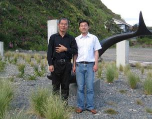 賈甲返回中國大陸之前與賈闊攝於新西蘭。(賈闊提供)