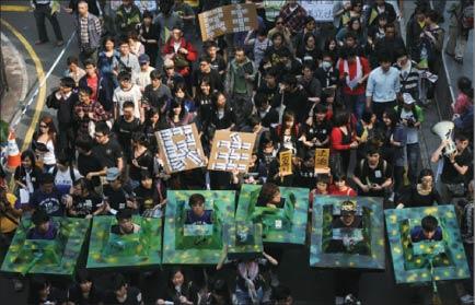 今年香港的遊行路線多以中聯辦為終點,把爭取目標轉向中共中央代表機構,而不再是香港政府。圖為4月1日一萬五千多名香港人用腳印代替選票,抗議中聯辦干預特首選舉和破壞「一國兩制」的大遊行。(Getty Images)