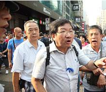 中共指使香港黑幫外,也動員親共組織衝擊集會地點。圖為親共愛字頭組織之一的「愛港之聲」頭目高達斌在場指揮成員施襲。(潘在殊/大紀元)